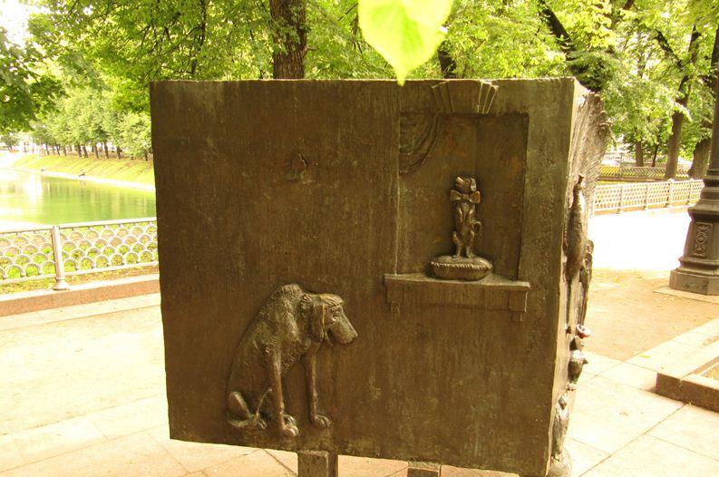 Памятник собакам из басен Крылова