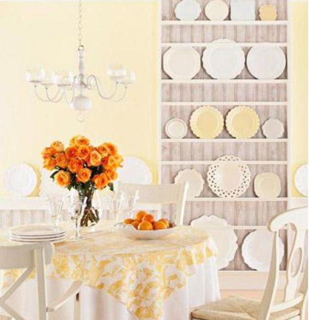 Коллекция красивых тарелок в интерьере столовой