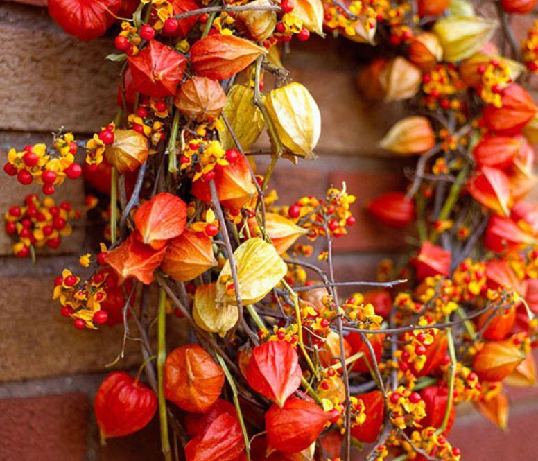 Осенний венок, украшенный физалисом