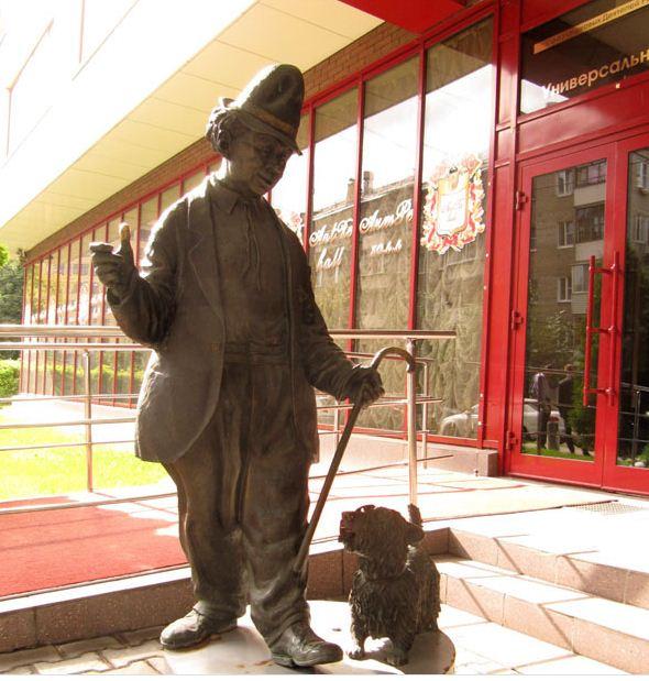 Памятник клоуну Карандашу и его собаке Кляксе