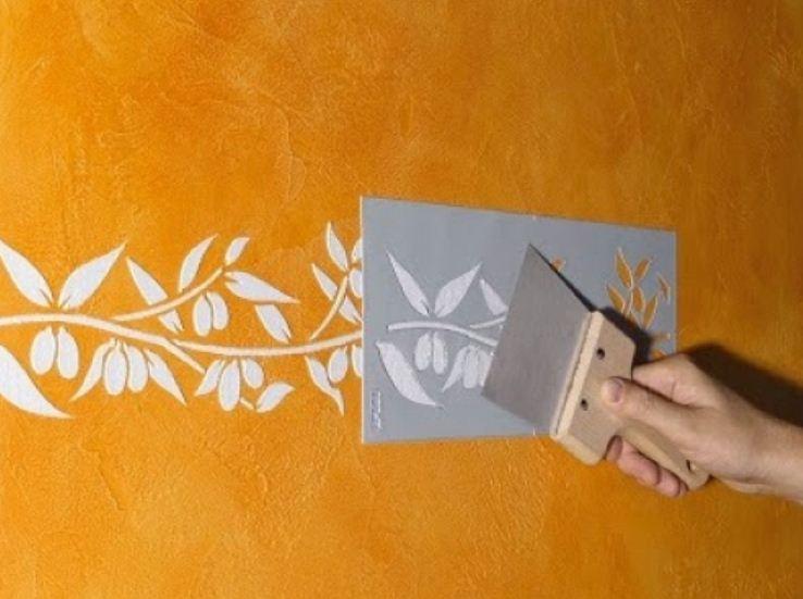 Рельефный рисунок на стене выполнен с помощью объемного трафарета