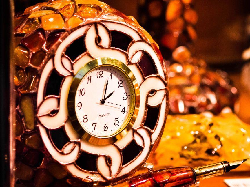 Часы, украшенные янтарем