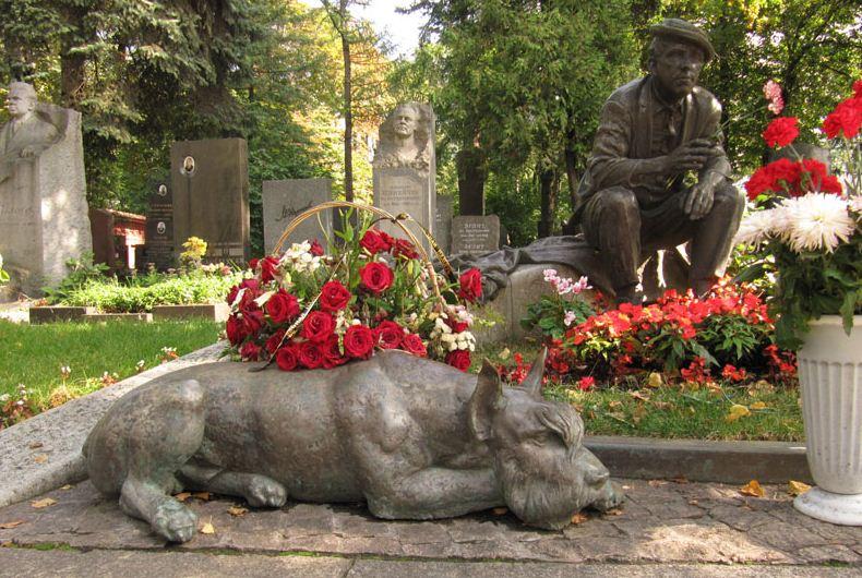 Памятник Юрию Никулину с ризеншнауцером Федором