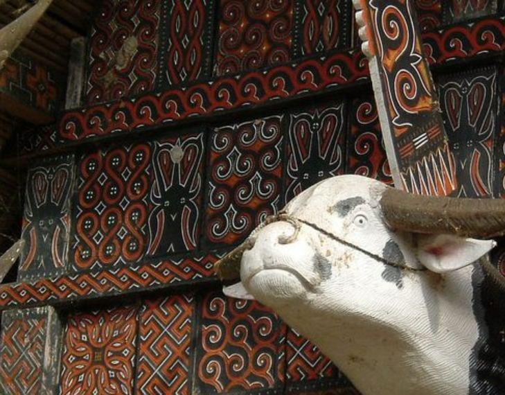 Деревянная голова буйвола на фасаде дома