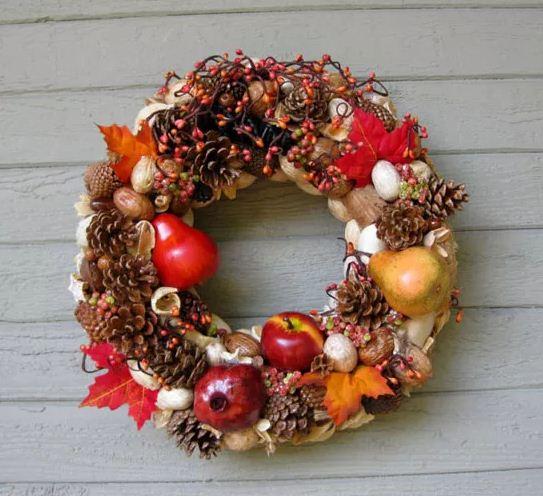 Осенний венок с ягодами и плодами