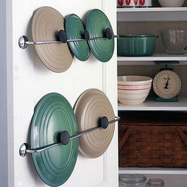 Крышки для кастрюль на дверце шкафа