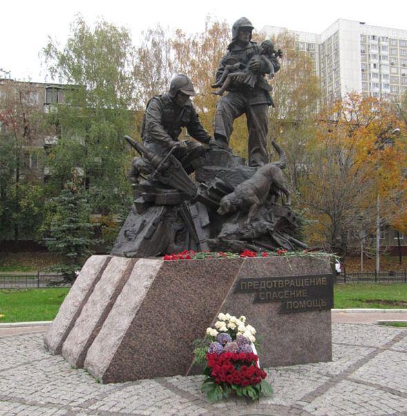 Памятник собакам, помогающим спасателям