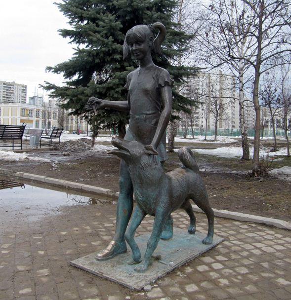 Скульптура девушки с собакой