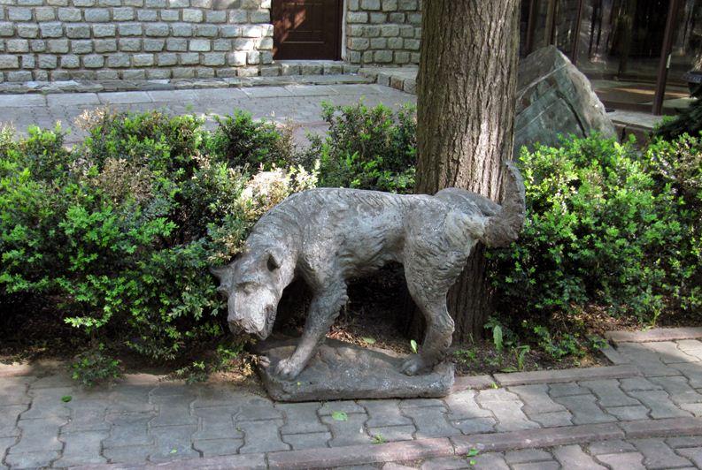 Памятник писающей собаке