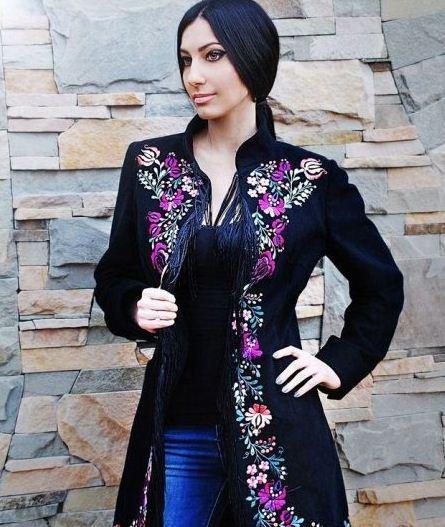 Пальто украшенное вышивкой
