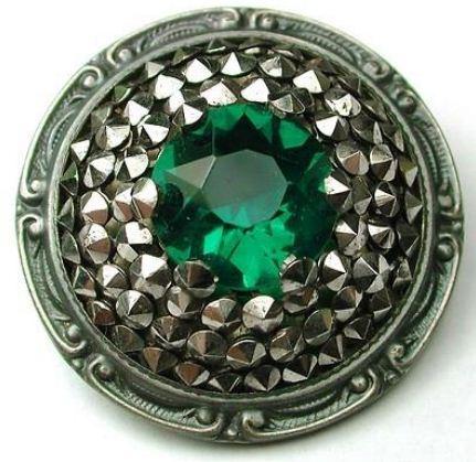 Пуговицы с драгоценными камнями являются настоящим украшением одежды