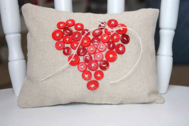 Диванная подушка с декором из пуговиц