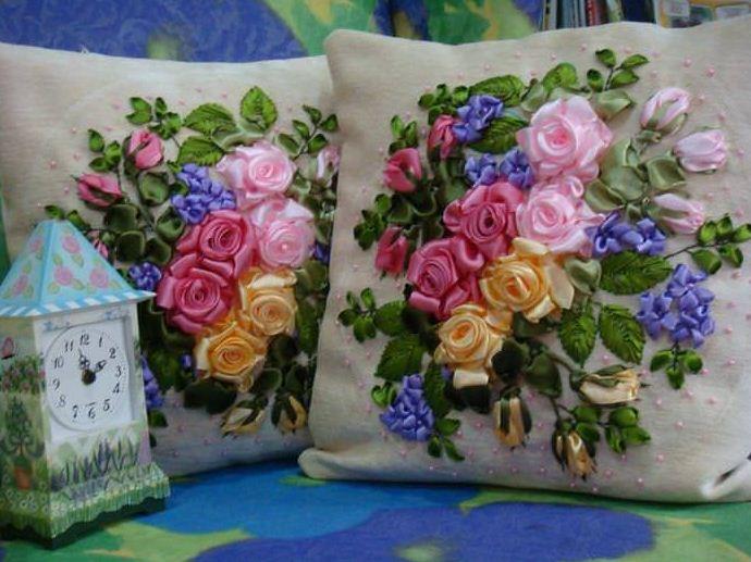 Диванные подушки с вышивкой из лент