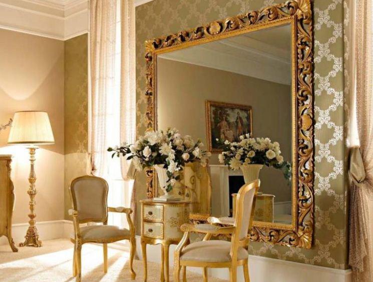 Зеркало в роскошной раме способно стать настоящим украшением интерьера