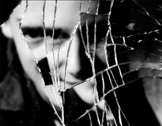 Народные приметы предостерегают: разбитое зеркало - не к добру!