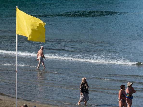 Желтый флаг на пляже показывает, что купаться разрешено