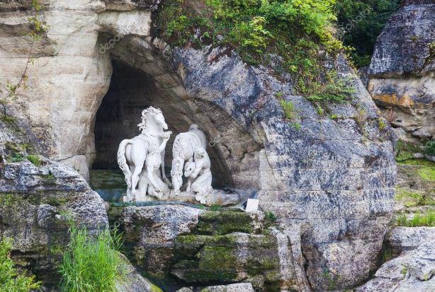 Искусственные водопады и фонтаны в композиции грота