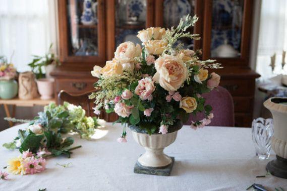 Искусственные цветы в вазе прекрасно смотрятся на обеденном столе
