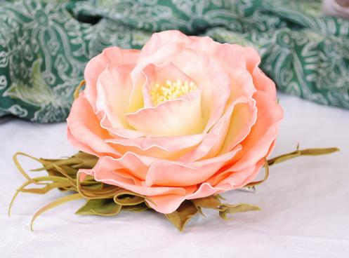 Роза из фоамирана выглядит чрезвычайно реалистично