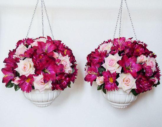 Искусственные цветы в подвесных кашпо
