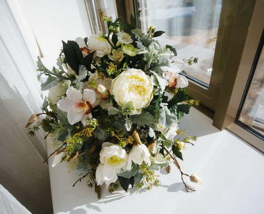 Искусственный цветы тоже требуют периодического ухода