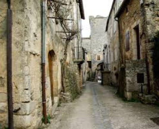 Узкие грязные улочки, облитые нечистотами - вот типичная картина средневековых европейских городов