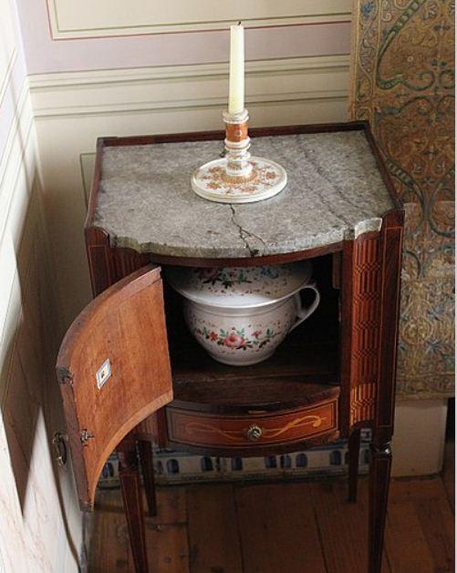""""""" Ночные вазы"""" или горшки хранились в специальных тумбочках или просто под кроватью"""