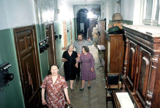 В коммунальной квартире может проживать несколько семей