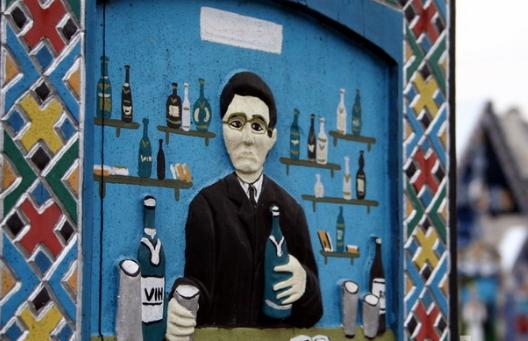 На расписном памятнике указана причина смерти - пьянство