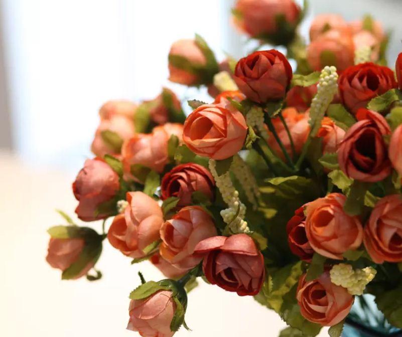 Искусственные розы станут замечательным декоративным элементом в дизайне гостиной