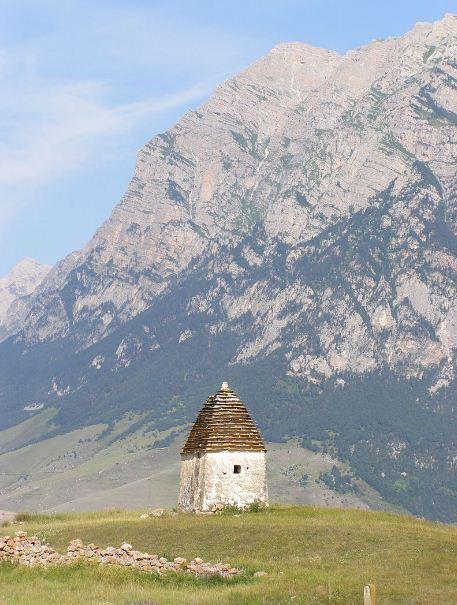 Родовая башня Черкесовых в окрестностях села Цамод в Северной Осетии, Россия