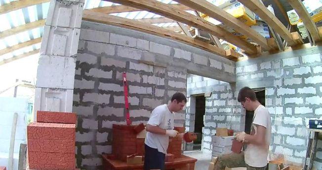 Кладка камина осуществляется опытными мастерами