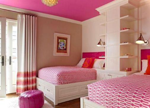Яркий розовый потолок и стены пастельного оттенка