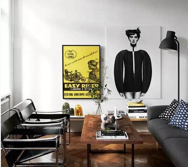 Два постера на одной стене дополняют друг друга