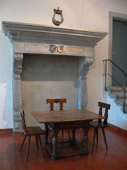 декоративный каминный портал в классической стилистике