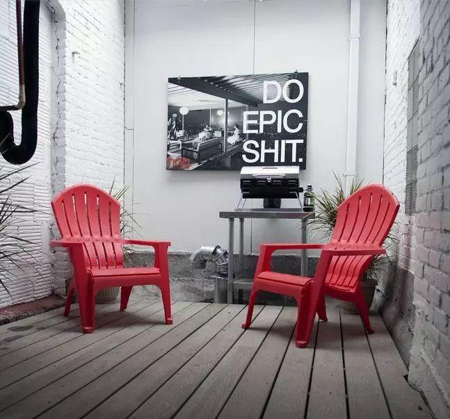 Прекрасным дополнением к дизайну интерьера станет постер с жизненным девизом владельца дома
