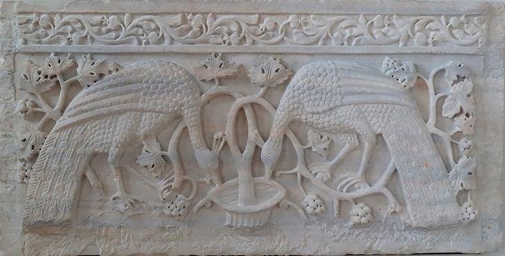 Рельефный орнамент на алтаре из белого мрамора