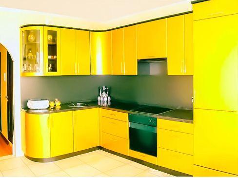 Кухонный гарнитур яркого лимонного оттенка