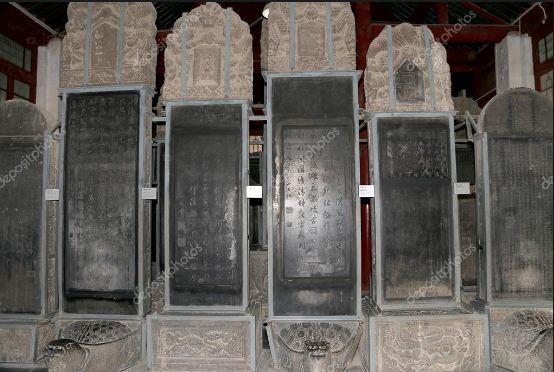Каменные стелы в музее ( Бейлин)