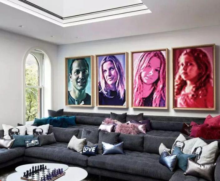 Фотопортреты членов семьи в интерьере гостиной