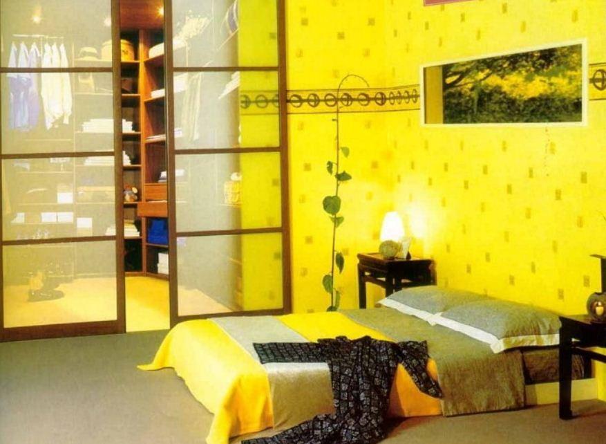 Лимонные обои с мелким принтом в отделке спальни