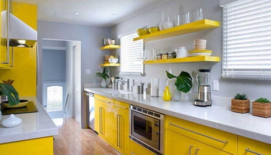 Лимонный гарнитур и белые стены на кухне