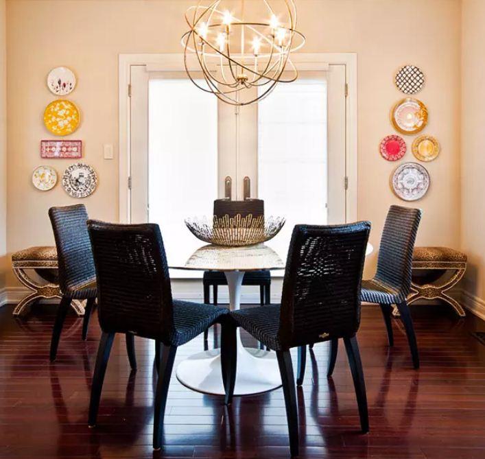 Симметричное размещение тарелок на стенах