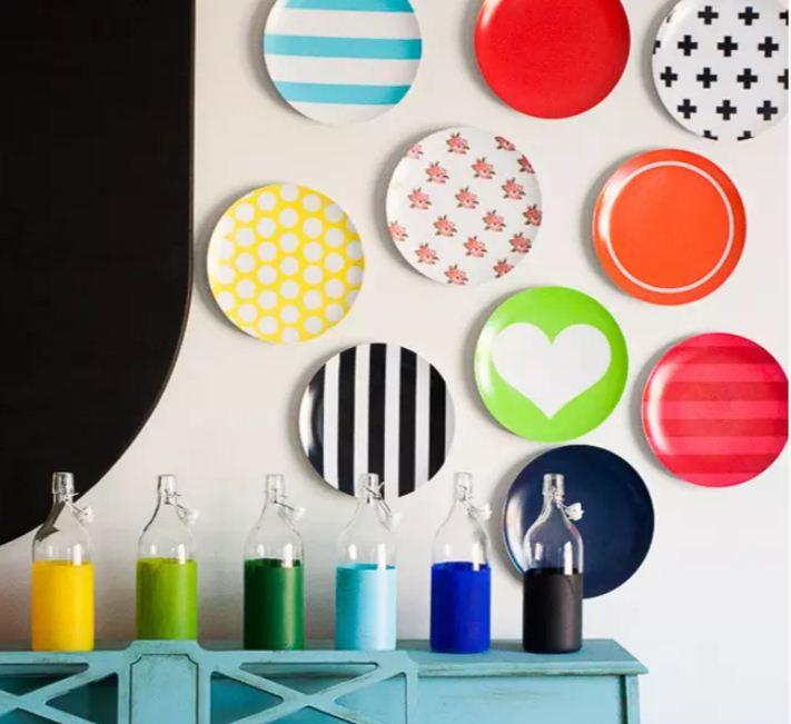 Яркие тарелки одного размера станут оригинальным украшением стены