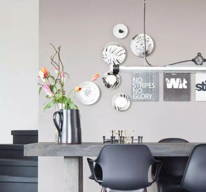 Тарелки на стенах в современном интерьере
