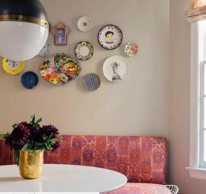 Оригинальные тарелки на стенах станут украшением интерьера