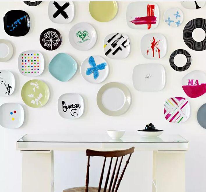 Современный декор стен стильными тарелками