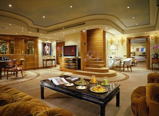 Золотой цвет в оформлении гостиной