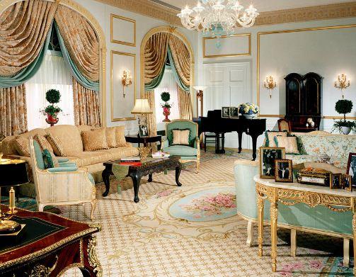Золотой цвет в интерьере большой гостиной