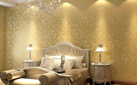 Интерьер комнаты с золотистыми обоями